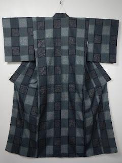 紬は染めた糸を織って柄をだした、織りの着物です