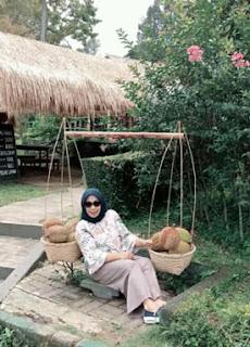 Lis Chava dan durian di Agrowisata Bhakti Alam, Ngembal, Pasuruan