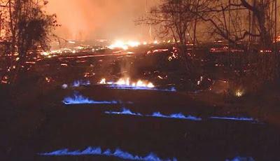 Api langka berwarna biru muncul dari dalam lahar
