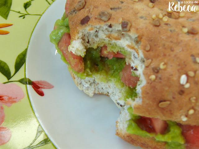 Guacamole con sardinas en pan de semillas