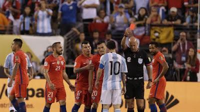 Pemain Chile protes keputusan wasit karena berikan kartu merah  kepada Marcelo Diaz