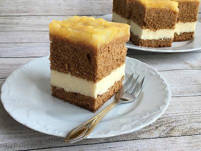 Ciasto z miodem i serem polane galaretką z gruszkami