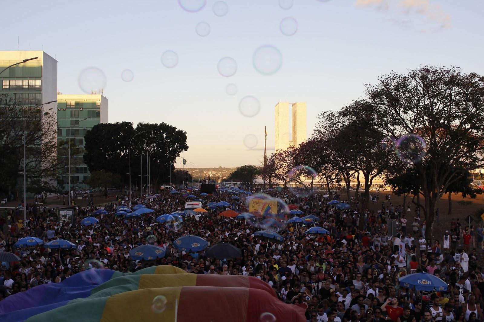 Parada do Orgulho LGBTS de Brasília reúne 50 mil pessoas por mais amor