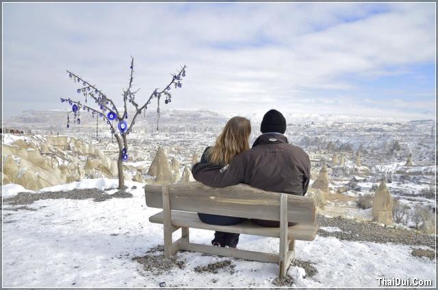 ảnh đôi tình nhân ngồi bên nhau dưới trời đông