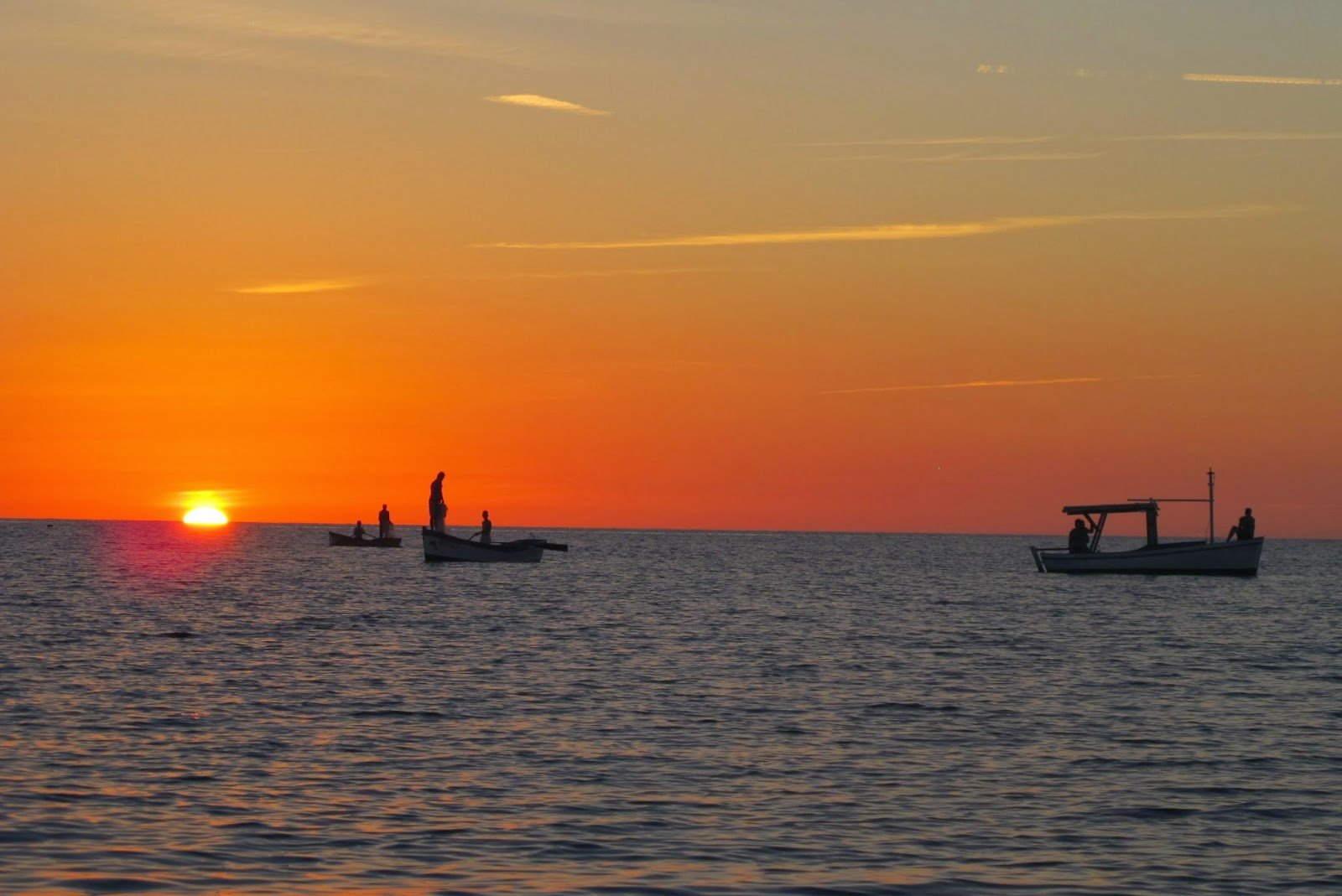 Nativos de Cuba saem para pescar no Mar do Caribe de Cuba, na Península Áncon.