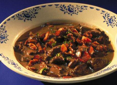 Lekker stoofpotjevan gemarineerd wild everzwijn met wortelen, selder en gebonden saus