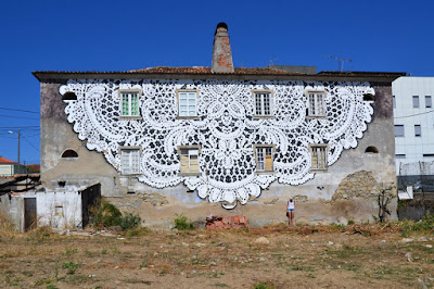 Arte en la calle mural con motivo de crochet