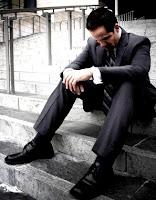 Tristeza de un hombre sentado en la escalera