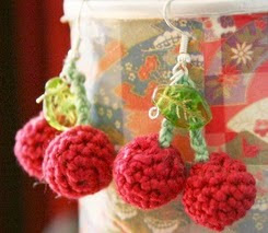 http://translate.googleusercontent.com/translate_c?depth=1&hl=es&rurl=translate.google.es&sl=en&tl=es&u=http://roxycraft.wordpress.com/2008/04/07/free-pattern-cherry-pickers-crochet-cherry-earrings/&usg=ALkJrhgtqA8_daFjhPWvFsBv0YCS3HAzwg