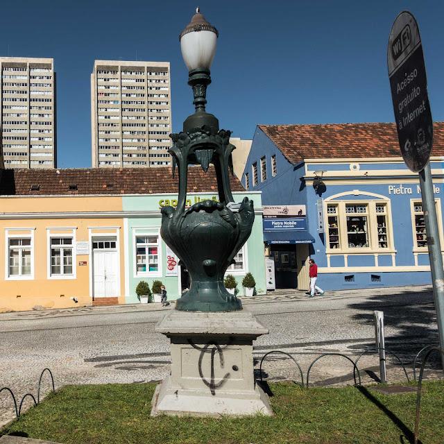 Luminárias art nouveau na Praça Garibaldi