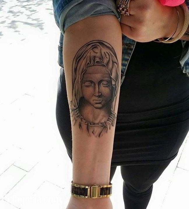 Tatuaje De La Virgen María En El Antebrazo