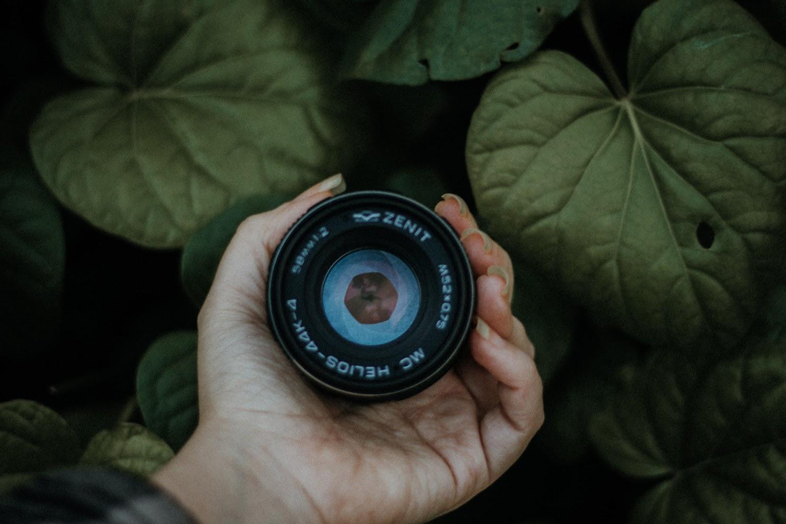 Comprei: Zenit 122. Vocês notaram que a lente é bem robusta, mas ela é ótima e dá para se usar nas câmeras atuais com um anel adaptador. No 7 on 7 desse mês, fiz algumas fotos com ela e até expliquei sobre isso.  As lentes das câmeras antigas tem uma qualidade excelente e são bem mais baratas, na maioria das vezes elas são bem em conta. Mas, se elas estiverem em bom estado e sem fungos, você apenas tem que comprar um anel adaptador que deve estar custando no máximo uns 100 reais.