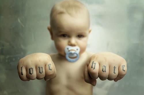 Hijo con tatuajes en los nudillos