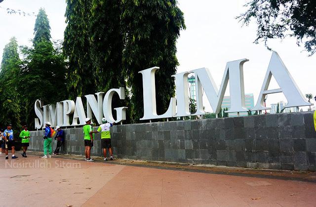Tepat di depan tulisan Simpang Lima Semarang