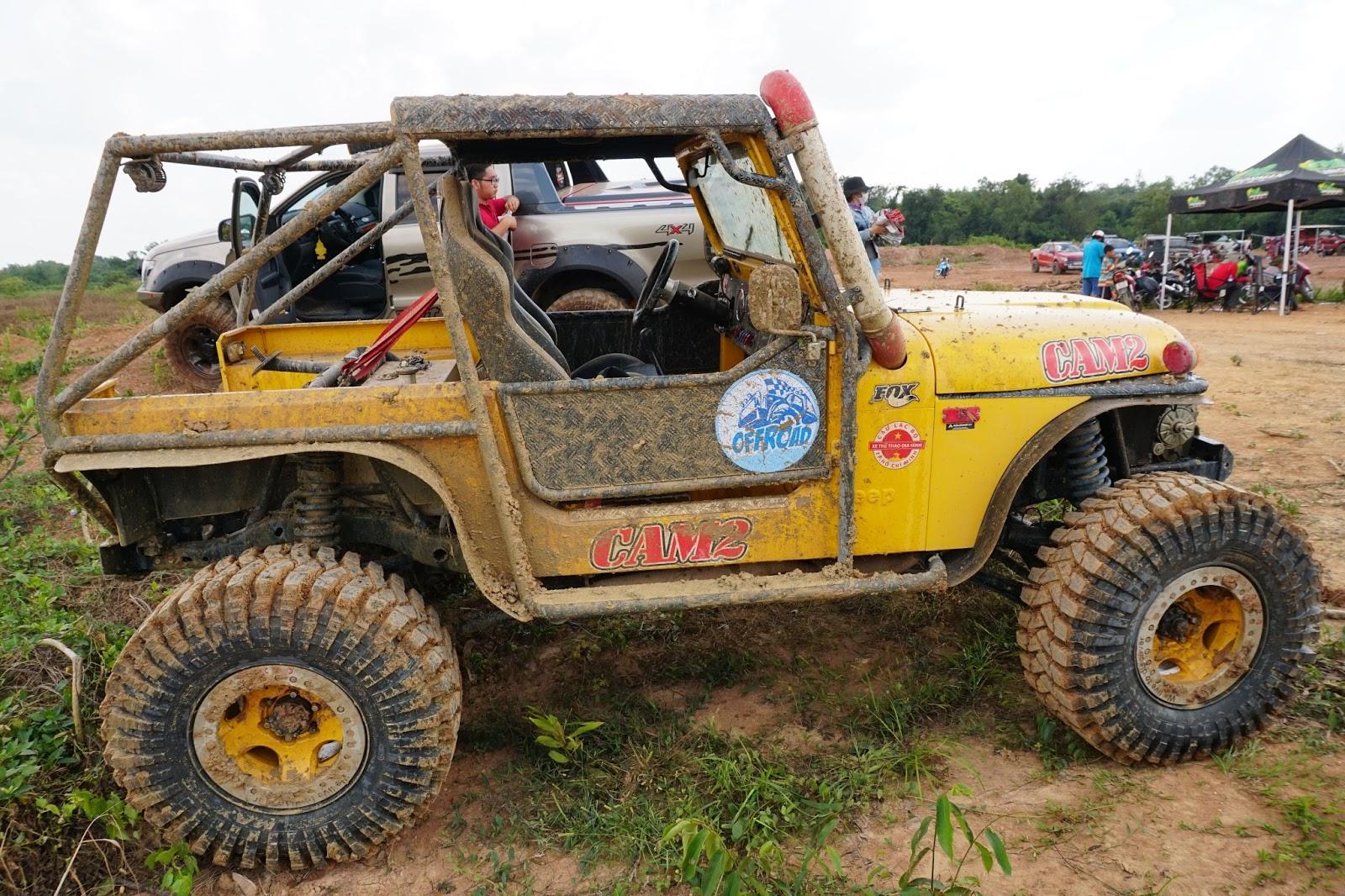 Xế Jeep độ vàng, trông rất ngầu và khá hiện đại ở bên trong lẫn bên ngoài