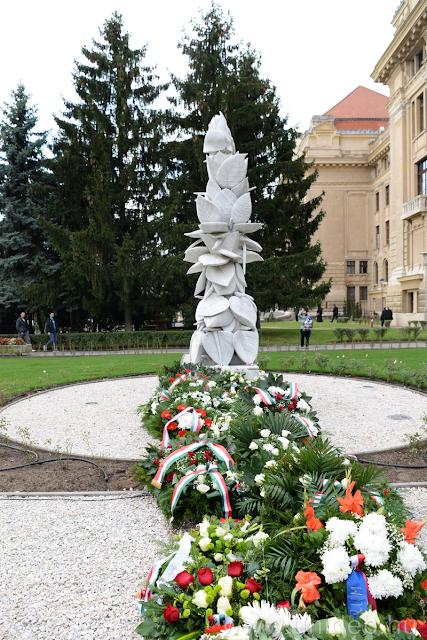 A Debreceni Egyetem és Debrecen városa közös ünnepséget rendezett 1956-ra emlékezve október 23-án az egyetemi Aulában. Az egyetemi ifjúság 1956-ban a hatalom elleni megmozdulásra hívta Debrecen népét: október 23-án az országban elsőként a debreceni intézményből indult el az egyetemisták által szervezett tüntetés
