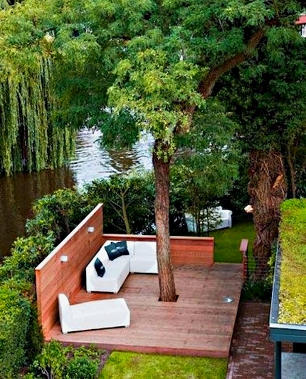двор на берегу речки