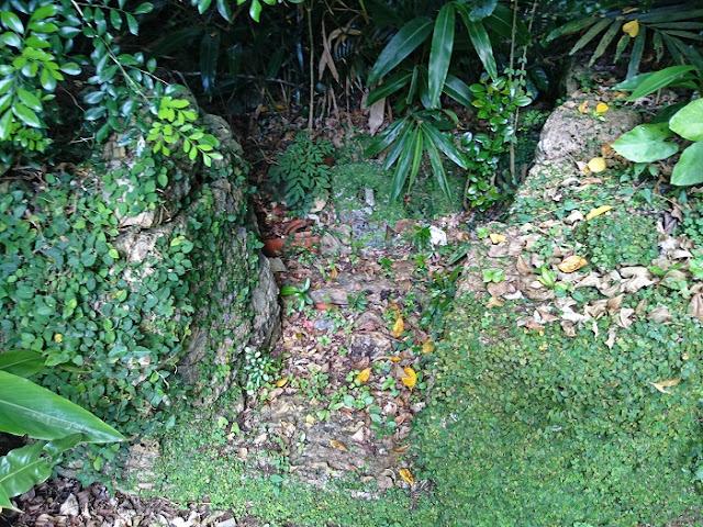 <幸地>のアサギの隣にある拝所(糸満市 兼城集落)の写真