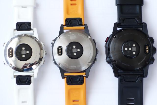 rozdílné umístění konektoru na dně hodinek Fenix 5x plus vs. Fenix 5s plus  a Fenix 5 plus a287beb6f8