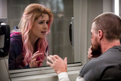 Pictured (L-R): Emily Bett Rickards as Felicity Smoak and Stephen Amell as Oliver Queen/Green Arrow -- Photo: Jack Rowand/The CW -- © The CW Network, LLC. All rights reserved.