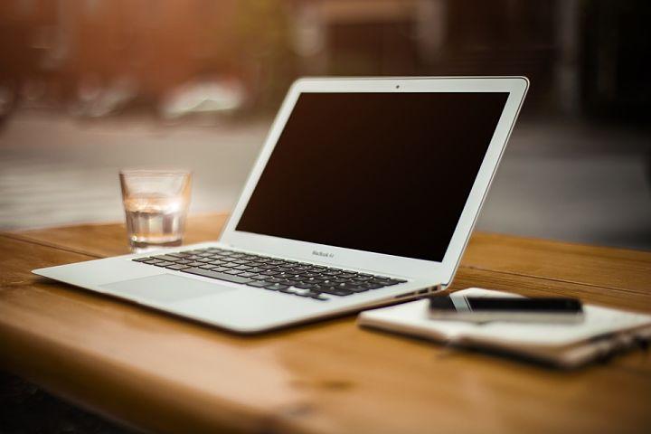 cargar una laptop con otro cargador