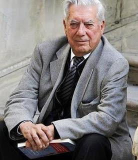 Foto de Mario Vargas Llosa sentado en la escalera