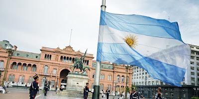 Sejarah Argentina           Sejarah Awal Berdirinya      Penjelajah Eropa yang pertama telah tiba di sini pada awal abad ke-16 (yang pertama untuk melihat dan menjelajah tanah air ini ialah seorang pelayar Spanyol bernama Juan Díaz de Solís pada 1516 tetapi terbunuh pada tahun yang sama). Ini diikuti dengan penjajahan Spanyol yang lain dan berakhir dengan penempatan mereka di Buenos Aires dalam tahun 1580. Selepas Revolusi Mei 1810 dan kemerdekaan dari Spanyol pada 1816, suatu konflik telah tercetus antara kelompok centralist dan federalist dan berlarut-larut hingga berdirinya lembaga baru pada 1853.  Pada awal abad ke-20 ekonomi Argentina merupakan salah satu yang termaju di dunia dan berada di urutan ke-10 negara paling kaya di dunia. Selepas berakhirnya Perang Dunia II, berlaku pula kebangkitan gerakan rakyat Perónisme satu gerakan yang didirikan oleh Juan Perón, tokoh terkemuka di Argentina dan di Amerika Selatan pada abad ke-20. Ia telah menyokong gerakan buruh di Argentina tetapi akhirnya telah mempolarisasikan negara itu. Pada tahun 1955, ia digulingkan oleh pihak militer. Sejak itu, pihak ini telah mengatur negara Argentina dan saling tukar-menukar dengan pemerintahan yang demokratis.   Rezim militer yang paling zalim sekali telah memerintah Argentina antara tahun 1976 dan 1983