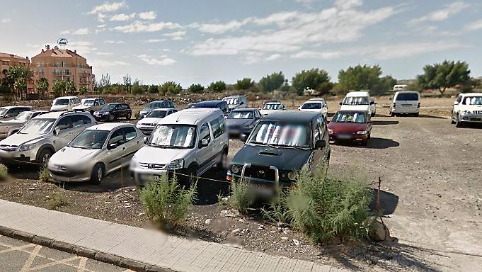 Rob las cuatro ruedas de un coche en un parking de tierra for Parking de coches
