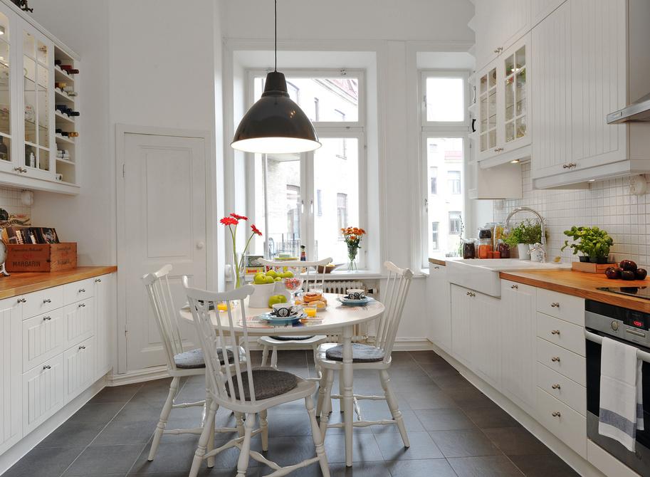 Refresheddesigns.: Making A Small Galley Kitchen Work