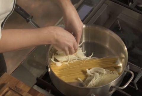 Βάζει τα μακαρόνια στην κατσαρόλα και προσθέτει κρεμμύδι και το τελικό αποτέλεσμα; Φοβερό... (VIDEO)
