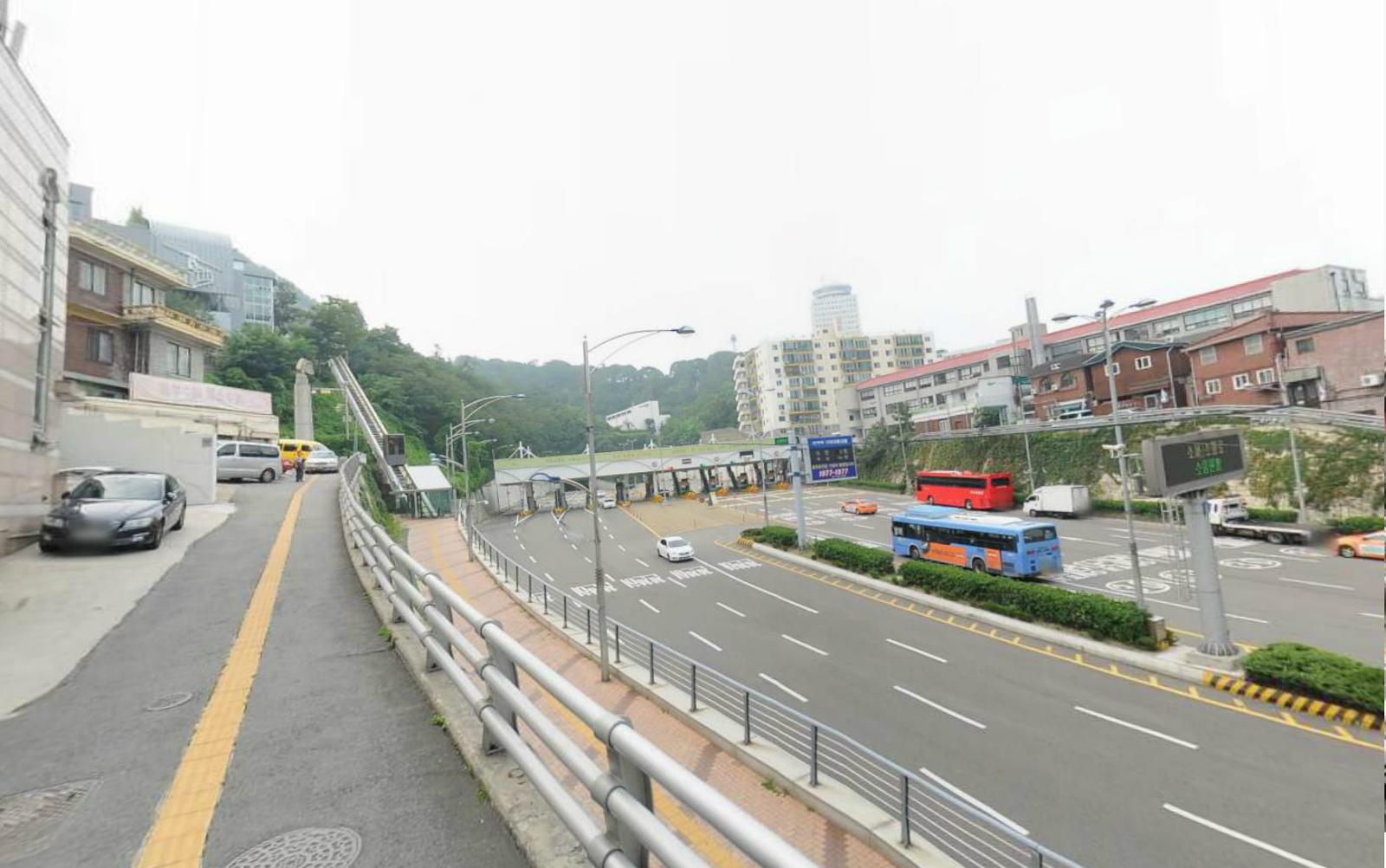 Namsan cable car - Namsan Oreumi Elevator To Go To Namsan Cable Car Station
