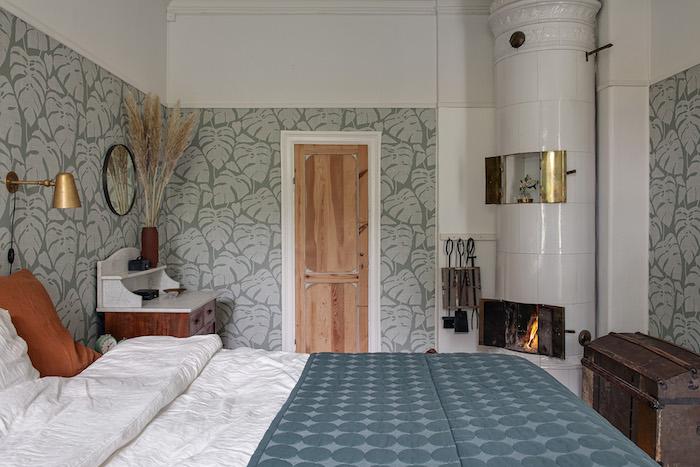 Dormitorio con papel pintado a media altura