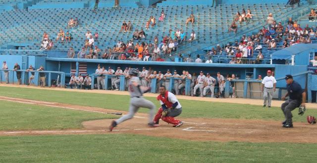 El choque beisbolero entre el equipo nacional cubano y adolescentes estadounidenses es un fracaso para Cuba, que para colmo se juega a estadio Latinoamericano vacio