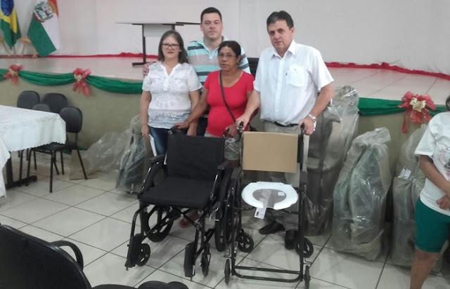 Secretaria de Saúde entrega cadeiras de rodas para usuários