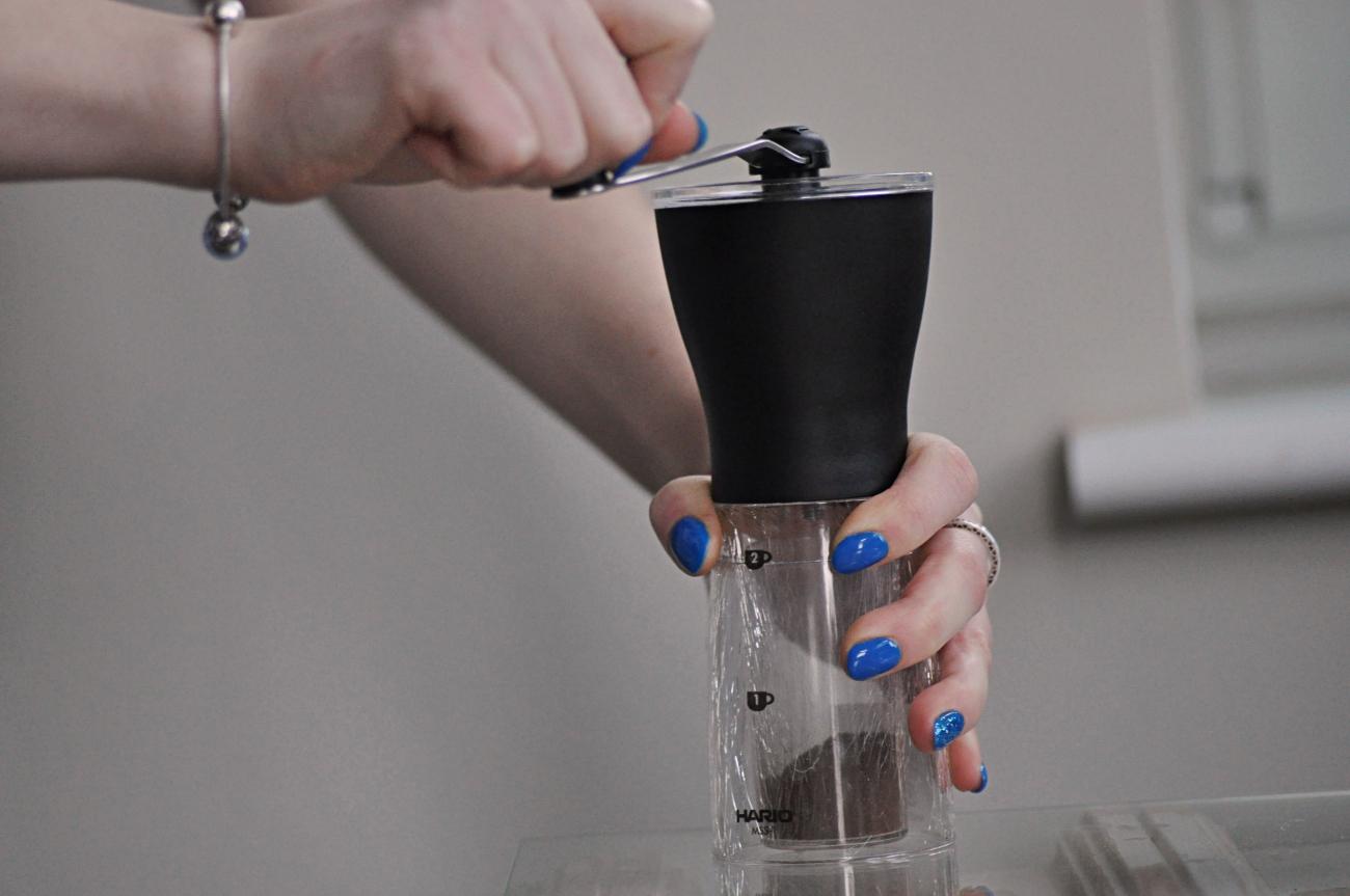 Mielenie kawy w młynku Hario