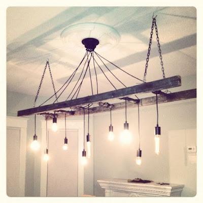 Escada de madeira rústica como luminária com pendentes