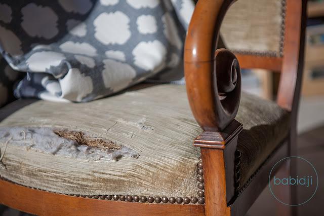 assise trouée d'un vieux fauteuil louis philippe