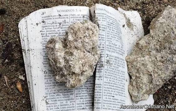 Biblia abierta en Romanos 6 tras el paso de huracán en comunidad de Boba, República Dominicana