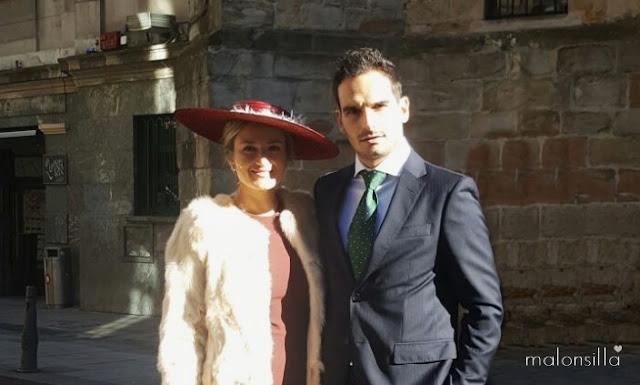 Alba, Look invitada con vestido burdeos, abrigo color crema y pamela SALINAS con pluma by Malonsilla