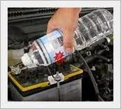 Amankah mengisi air aki dengan air mineral?