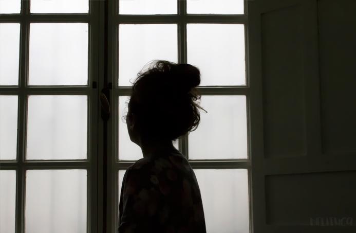 Paula ventana contraluz fotografía