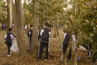 School pupils clearing autumn leaves in Kokkaizentei Park.