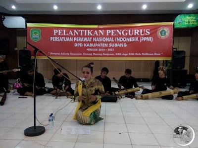 FOTO 1 : Yuli Merdekawati ( Nini Subang) dan Seni buhun KARINDING KURING