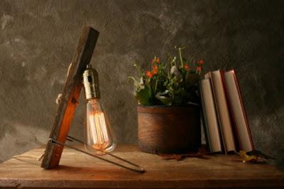 Diseño de lampara con bombillo y tabla de madera reciclada.