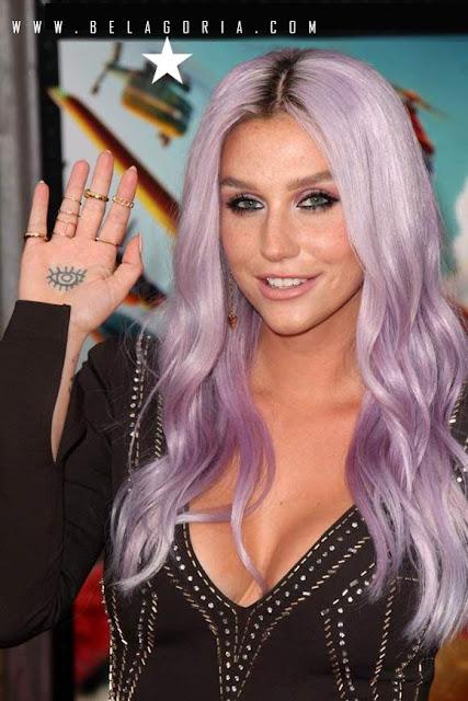 Foto de la artista Kesha con tatuaje casero en la mano