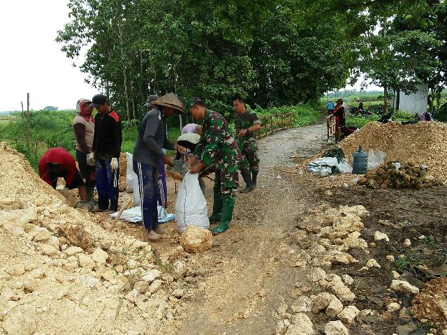 Anggota Koramil Batangan Bersama Warga Desa Sukoagung Perbaiki Bibir Jembatan Yang Longsor