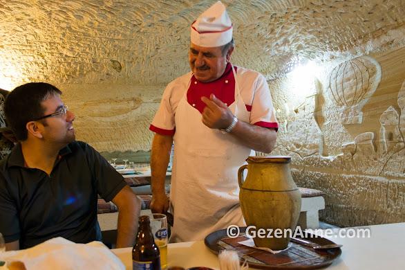 Avanos'ta mağara restoran'da çömlek kebabı yerken, Kapadokya