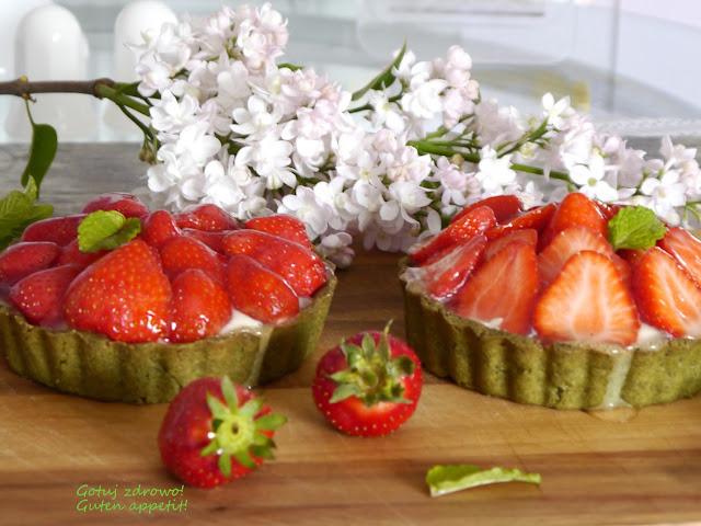 Wiosenne tartaletki z cytrynowym kremem jogurtowym i truskawkami - Czytaj więcej »