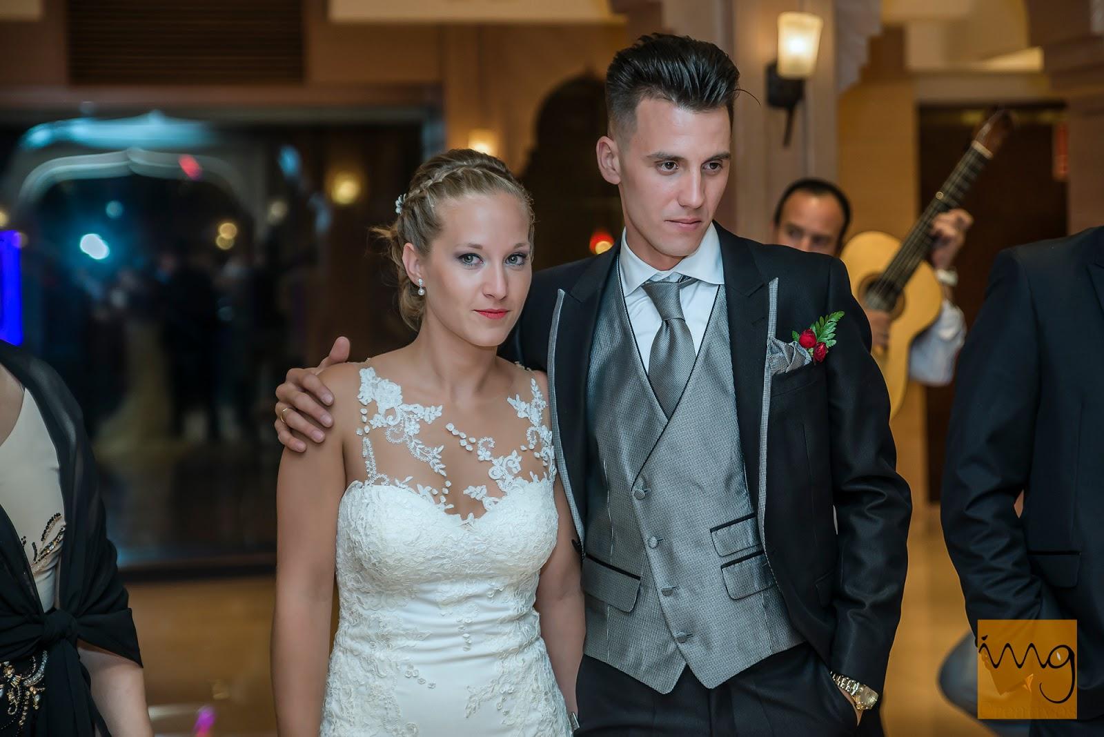 Fotografía de los novios en el salón del restaurante en Granada el día de su boda