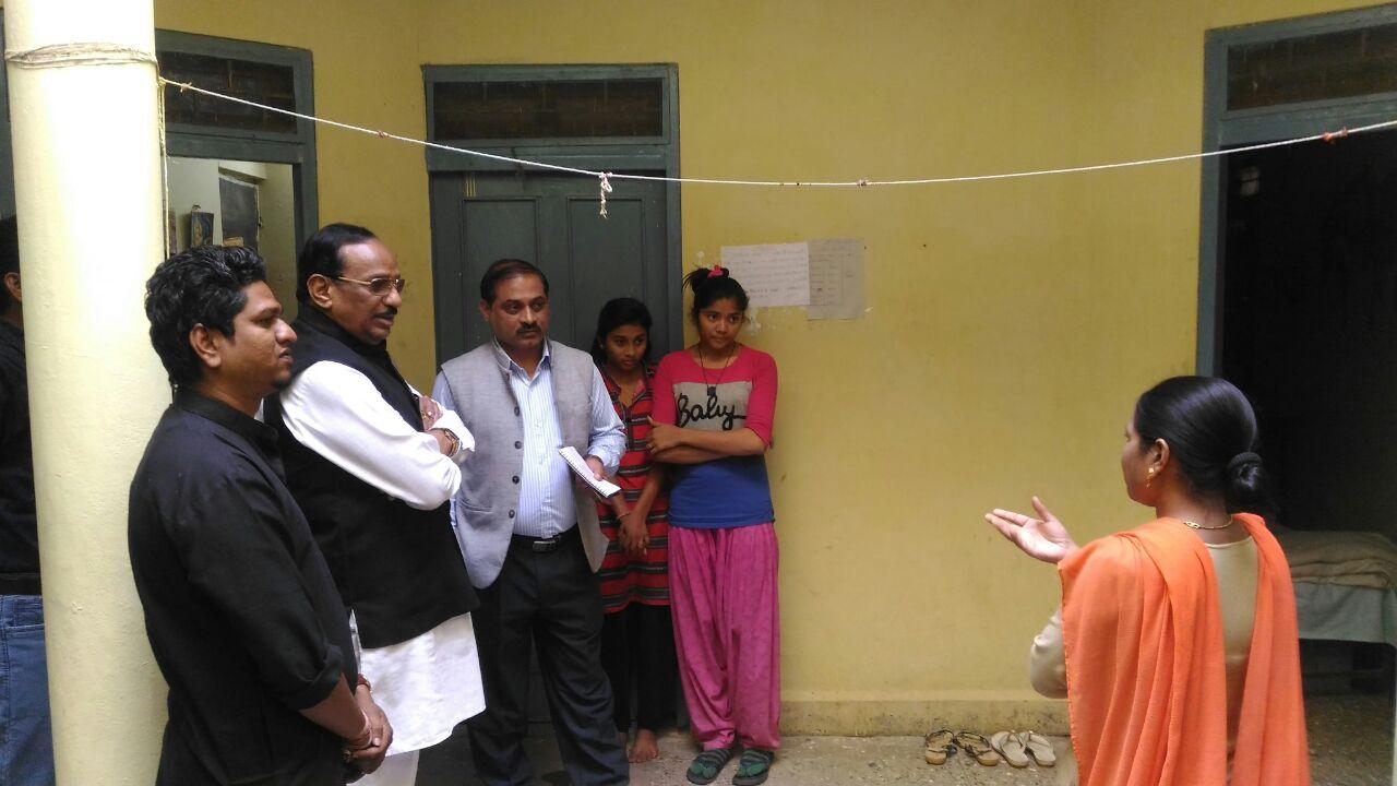 शासकीय छात्रावास का क्षेत्रीय सांसद भूरिया ने किया ओचक निरीक्षण-Regional-MP-Bhuria-visited-girls-hostel